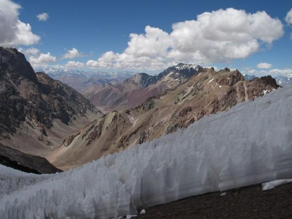 """Procesión de """"penitentes"""" cerca del campo base, típicas formaciones de hielo de la Aconcagua."""